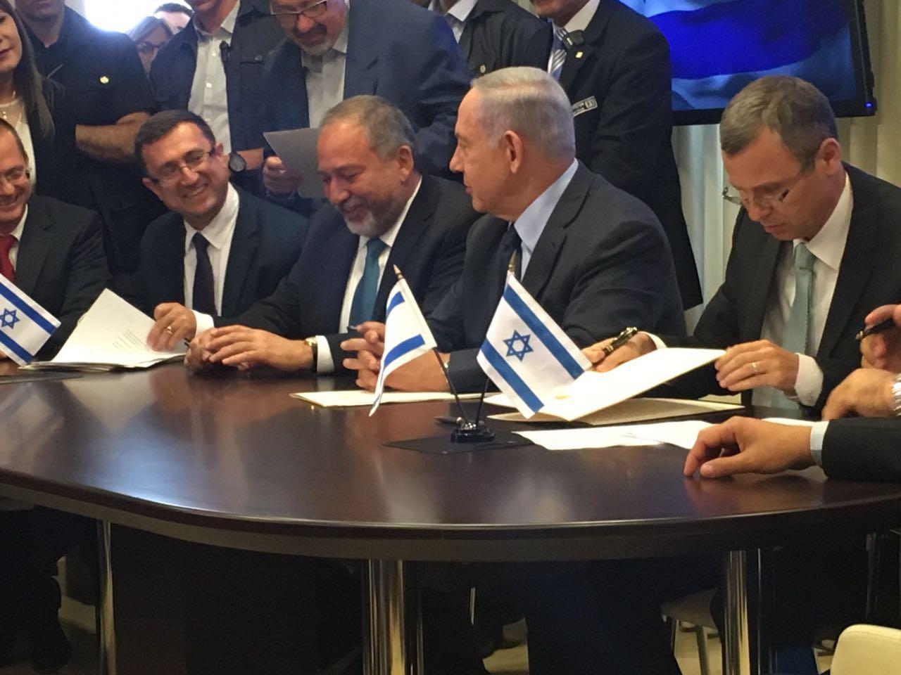 השר לוין וראש הממשלה בעת חתימת ההסכם עם ישראל ביתנו.