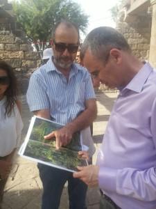 השר לוין בעת סיור בעמק הירדן